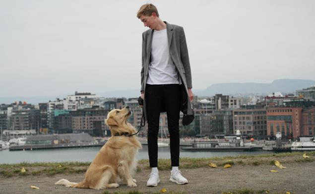 Mann med hund foran Oslo havn