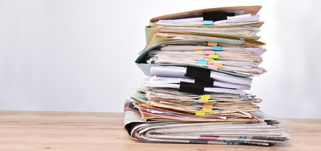 Papirer og dokumenter i stabel