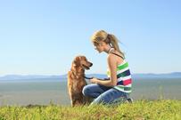 Ung jente med retriever hund
