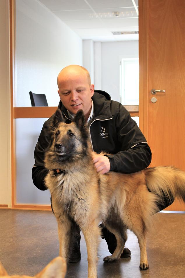 Trygve Slagsvold Vedum møter NKK-hunden Nyx
