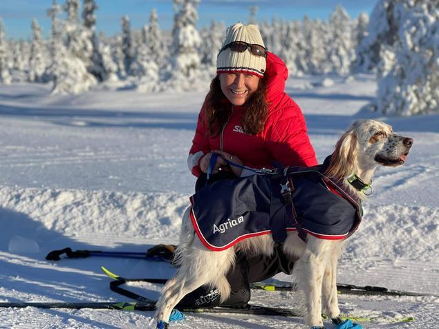 Marianne Broholm Einarsen, administrerende direktør i Agria Dyreforsikring, med hunden hennes Mimmi, råder hundeeiere til å være forsiktige på tur i nærheten av islagt vann.